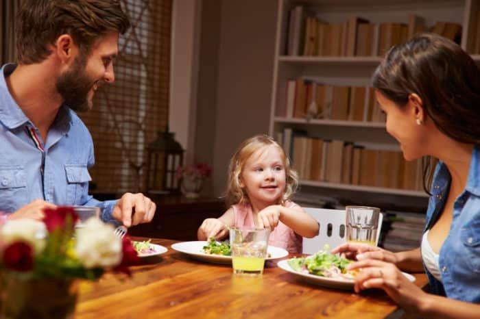 Egyél közösen a gyermekeiddel a családi asztalnál