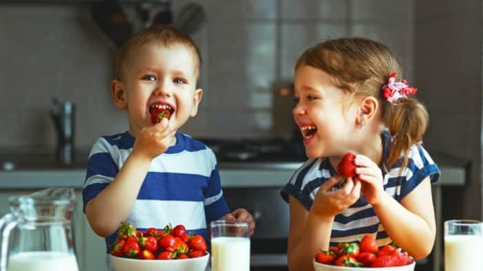 Játszik a gyerek az étellel - nyugodtan