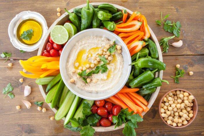 Vegán hummusztál zöldségekkel