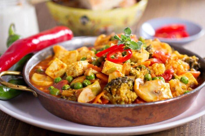 Vegán curry tofuval, gombával és zöldségekkel