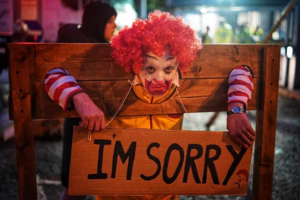 Brit McDonald's előtt tüntettek állatvédő vegánok